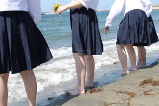 砂浜の上に立つ人々のグループの写真・画像素材[2224481]