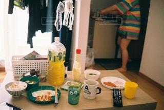 台所で食べ物を調理する人の写真・画像素材[2259524]