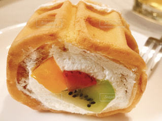 たっぷりフルーツのロールケーキの写真・画像素材[2084739]