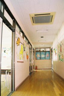 幼稚園の廊下の写真・画像素材[2095225]