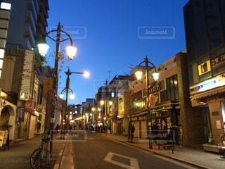 夜の賑やかな街通りのクローズアップの写真・画像素材[2111496]