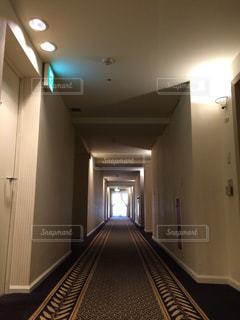 ホテルの廊下の写真・画像素材[2111505]