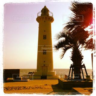 クトゥビア・モスクを背景にした水域の前の時計塔の写真・画像素材[2259340]