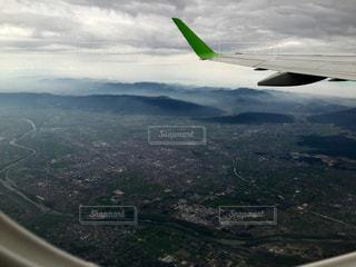 水域の上を飛ぶ飛行機の写真・画像素材[2276575]