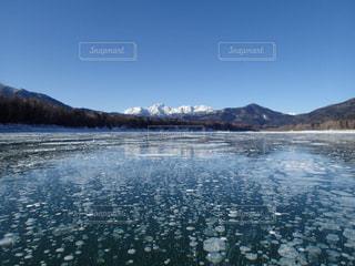 2019年冬、糠平湖のアイスバブルの写真・画像素材[2082886]