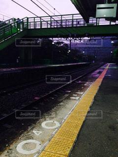 夕方の駅のホームの写真・画像素材[2124525]