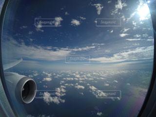 空を飛んでいる飛行機からの景色の写真・画像素材[2084658]