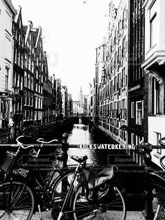 アムステルダムの運河と自転車の写真・画像素材[2127507]