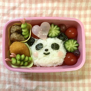 トレイの上に食べ物の種類でいっぱいのピンク ボックスの写真・画像素材[2083843]