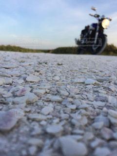 バイクと白い貝殻の道の写真・画像素材[2086126]