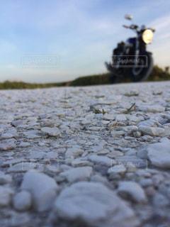 バイクと白い貝殻の道の写真・画像素材[2086127]