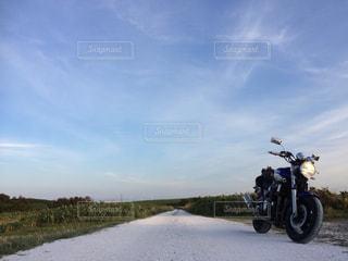 白い貝殻の道で駐車しているオートバイの写真・画像素材[2086292]