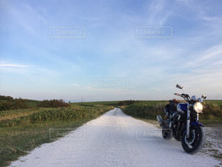 白い貝殻の道で駐車しているオートバイの写真・画像素材[2086294]