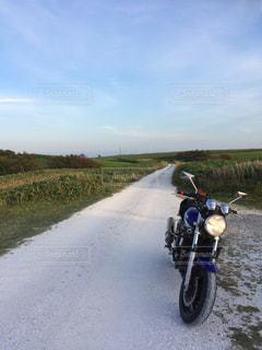白い貝殻の道で駐車しているオートバイの写真・画像素材[2086571]