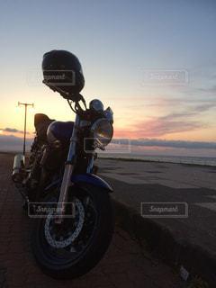 日本の最北端の地に、バイクと美しい夕日の写真・画像素材[2087816]