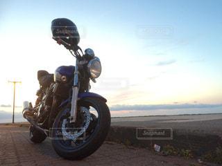 日本最北端の地に、バイクと美しい夕日の写真・画像素材[2087817]