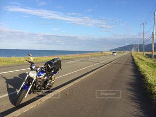 クッチャロ湖の手前の海辺に駐車したバイクの写真・画像素材[2088597]