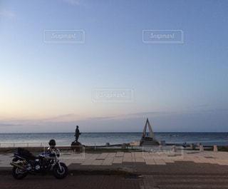 日本の最北端の地に、バイクと海と石碑の写真・画像素材[2088788]