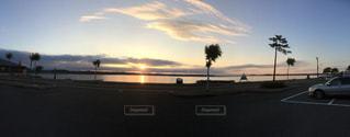 背景に夕日のある空の道の写真・画像素材[2089216]