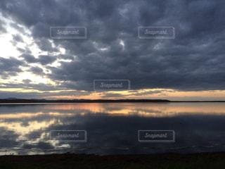 クッチャロ湖に沈む夕日の写真・画像素材[2090492]