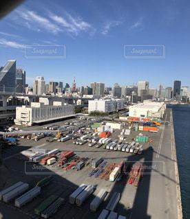 東京タワーと高層ビルを背景にしたコンテナ群とトラックの写真・画像素材[2802451]