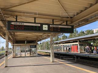 駅で待っている人々の写真・画像素材[2835607]