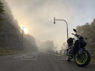 道路の脇に駐車しているオートバイの写真・画像素材[2836170]