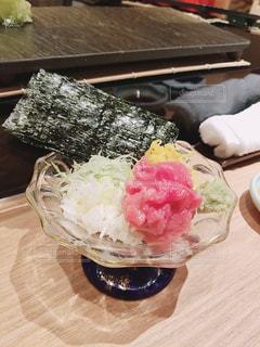 食卓の上の食べ物の皿の写真・画像素材[2112800]