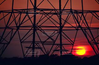 背景に夕日のある大きな塔の写真・画像素材[2127250]