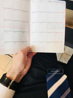 手帳を確認するサラリーマンの写真・画像素材[2095444]