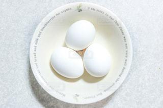 お皿の上の卵の写真・画像素材[2090811]