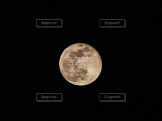 月のクレーターの写真・画像素材[2114154]