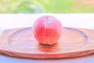 お皿の上にの桃の写真・画像素材[2114295]