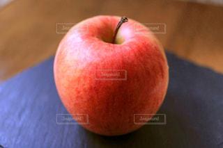 テーブルに置かれたリンゴの写真・画像素材[2288146]