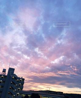 都会に沈む夕日の写真・画像素材[2087722]