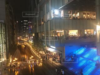 夜の交通量でいっぱいの都市通りの写真・画像素材[2088488]