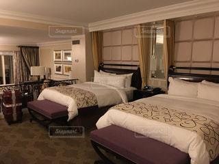 ベッドルームとホテルの部屋のデスクの写真・画像素材[2088533]