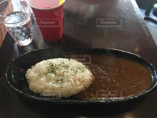 コップに米の肉と野菜を含む食物の皿の写真・画像素材[2109884]