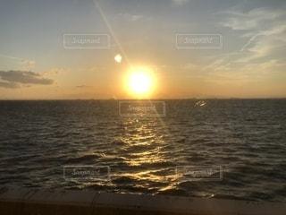 海に沈む夕日の写真・画像素材[2088798]