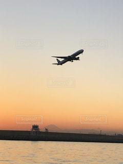 夕焼けの離陸の写真・画像素材[2092579]