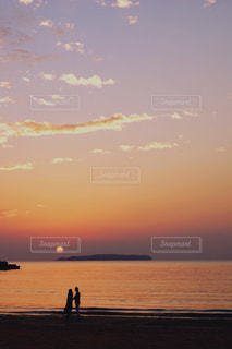 水の体の上の夕日の写真・画像素材[2218808]