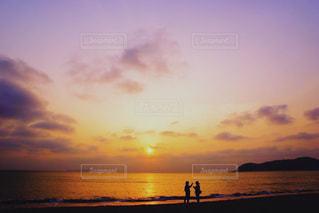 水の体の上の夕日の写真・画像素材[2233138]