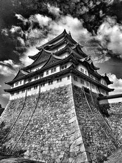 建物の側面に時計を持つ大きな高い塔の写真・画像素材[2272420]