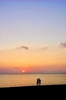 水の体に沈む夕日の写真・画像素材[3450670]