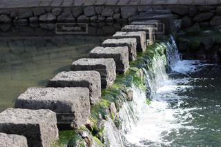 滝の隣にある石の壁の写真・画像素材[2089177]