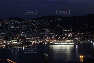 背景にある都市のある水域の小さなボートの写真・画像素材[2092046]