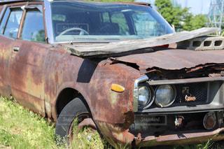 野原に駐車していた古い車の写真・画像素材[2173435]
