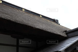 日本伝統の茅葺き屋根の建物の写真・画像素材[2198838]