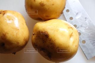 ジャガイモと包丁の写真・画像素材[2235714]