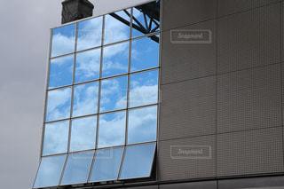 青空を写すガラス窓の写真・画像素材[2260612]